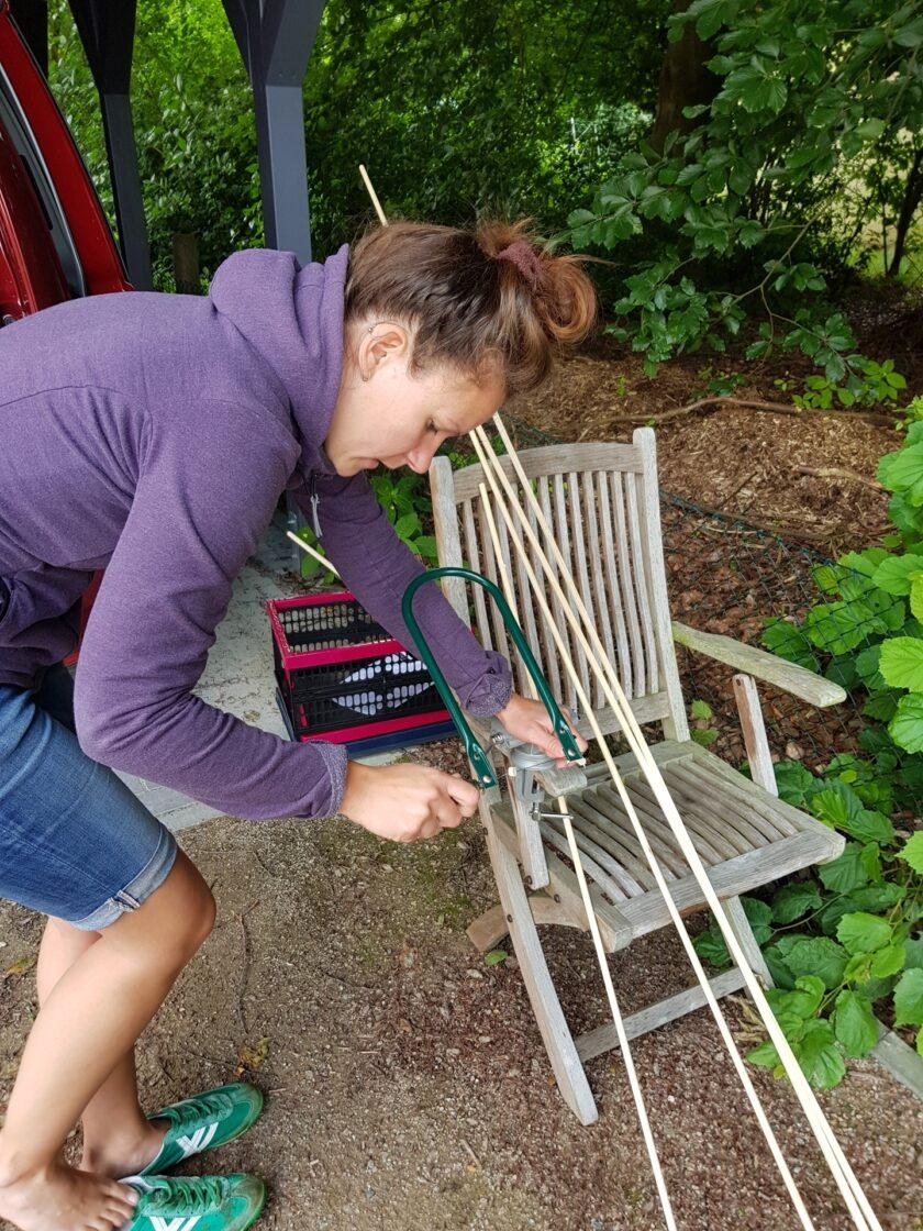 Cathrin sägt die Aufhängung für das Moskitonetz zurecht