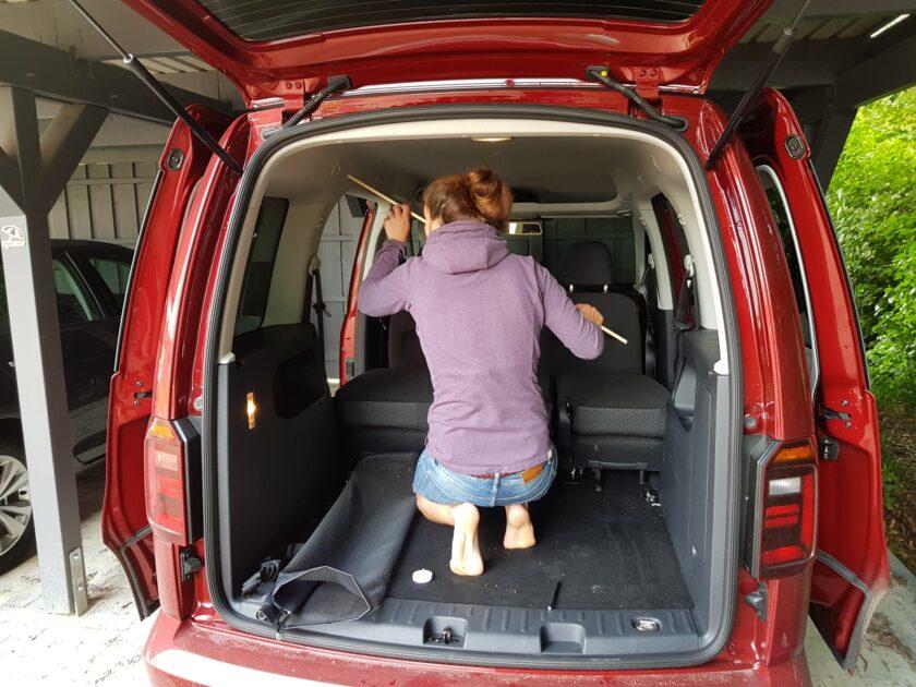 Die Aufhängung für das Moskitonetz in unserem VW Caddy wird getestet