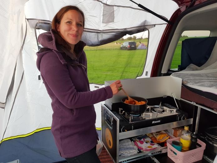 Kochen an der QUQUQ Campingbox im Update Heckzelt