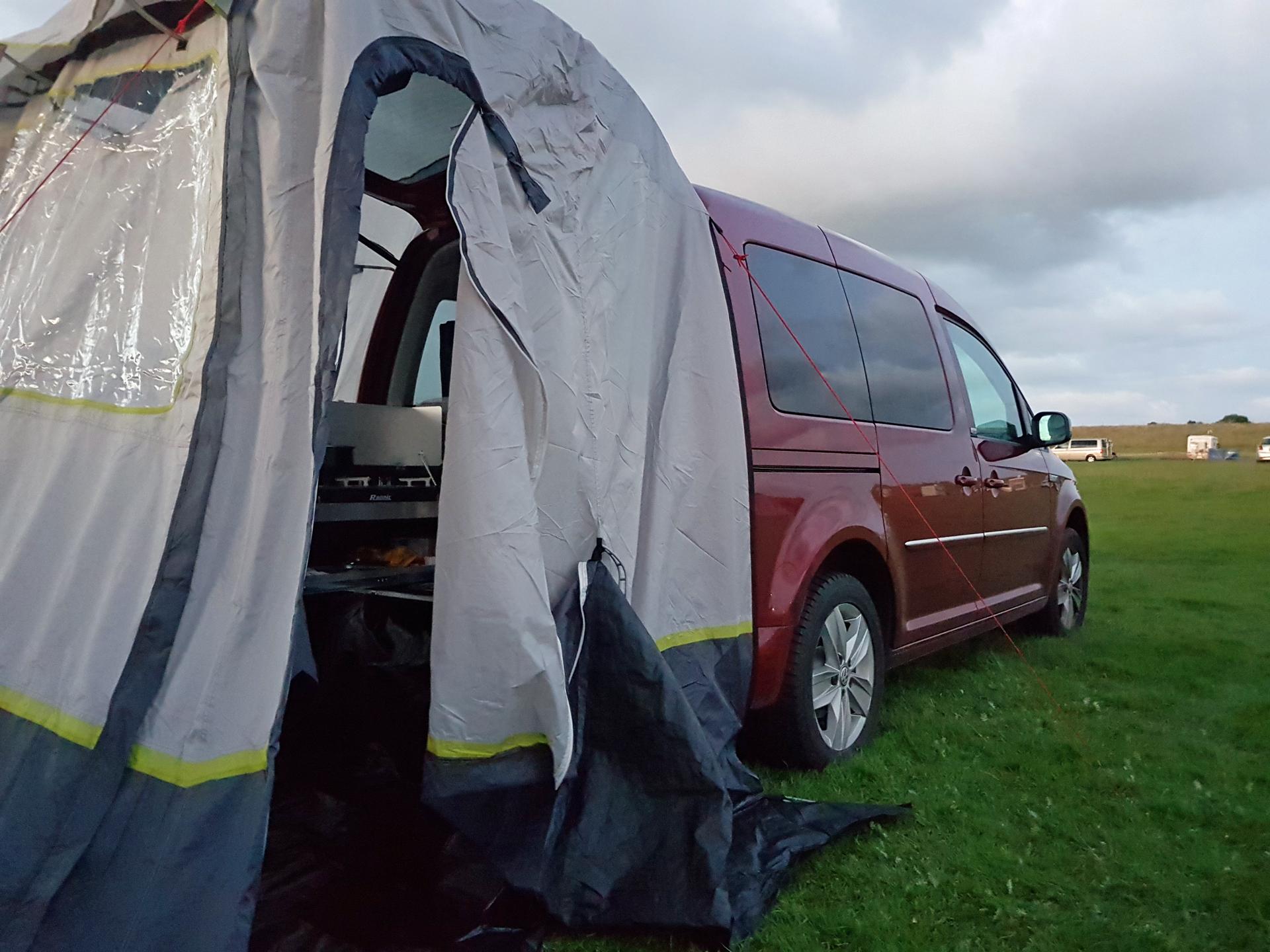 So sieht das Update HEckzelt am VW Caddy aufgebaut aus