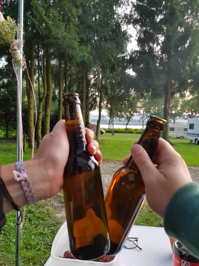 Anstoßen auf dem Campingplatz in Northeim