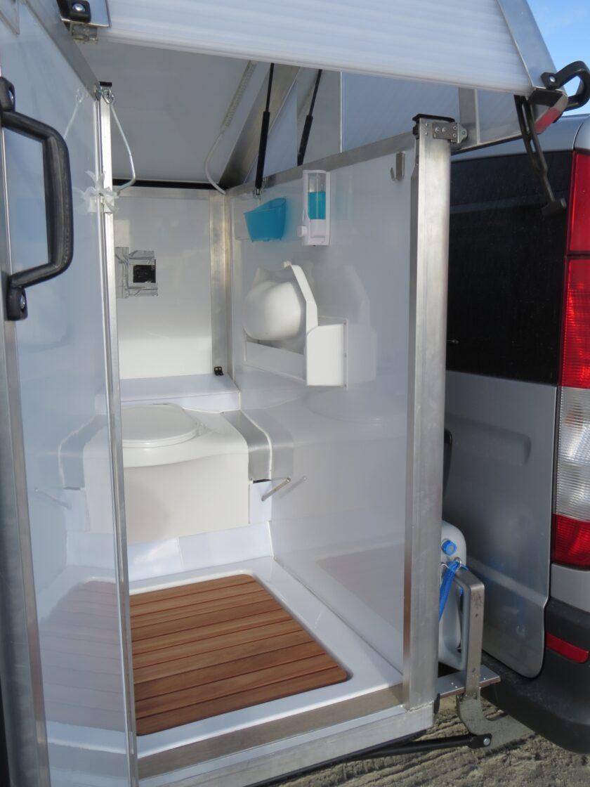 Ein kleines, aber voll ausgestattetes Badezimmer für unterwegs