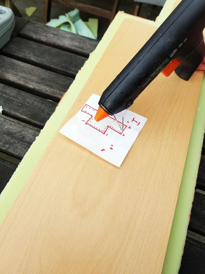 Holz und Schaumstoff zusammenkleben