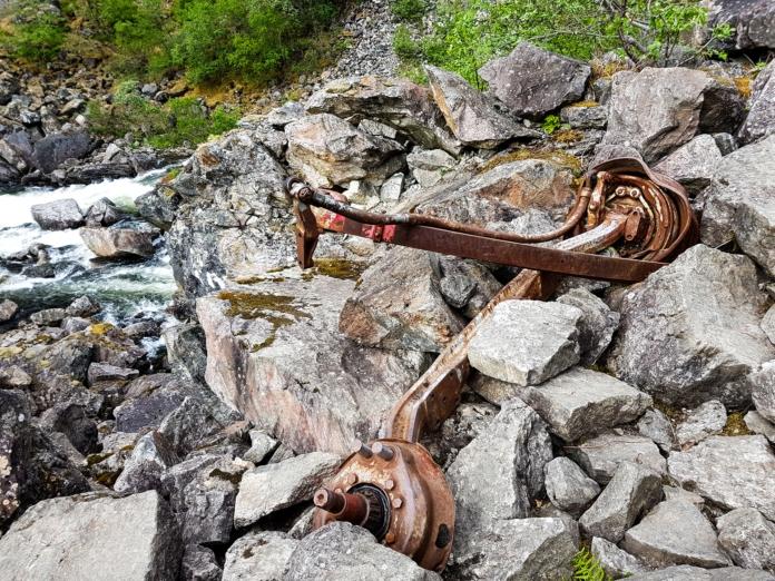 Überreste eines abgestürzten LKWs