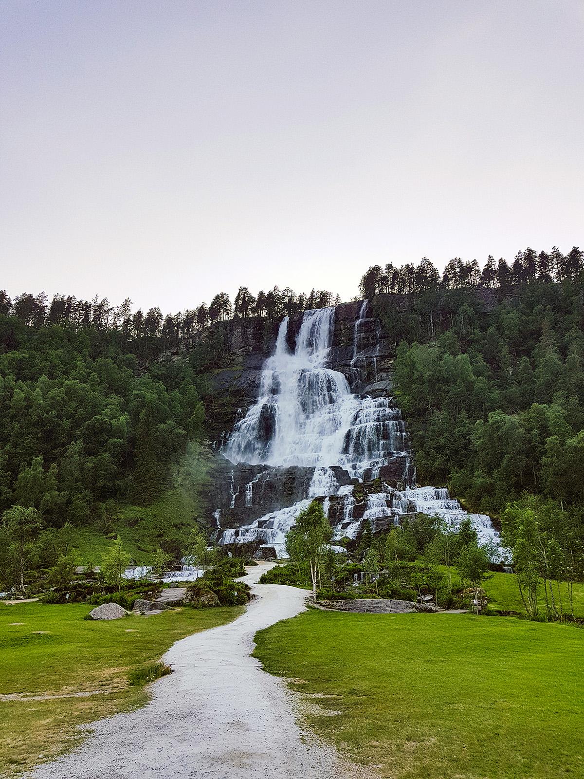 Ein Wasserfall direkt am Campingplatz