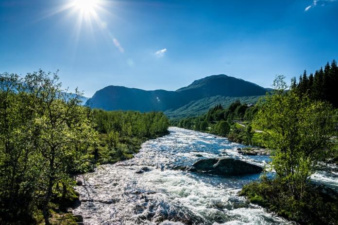 Der reissende Fluss unter der Hängebrücke