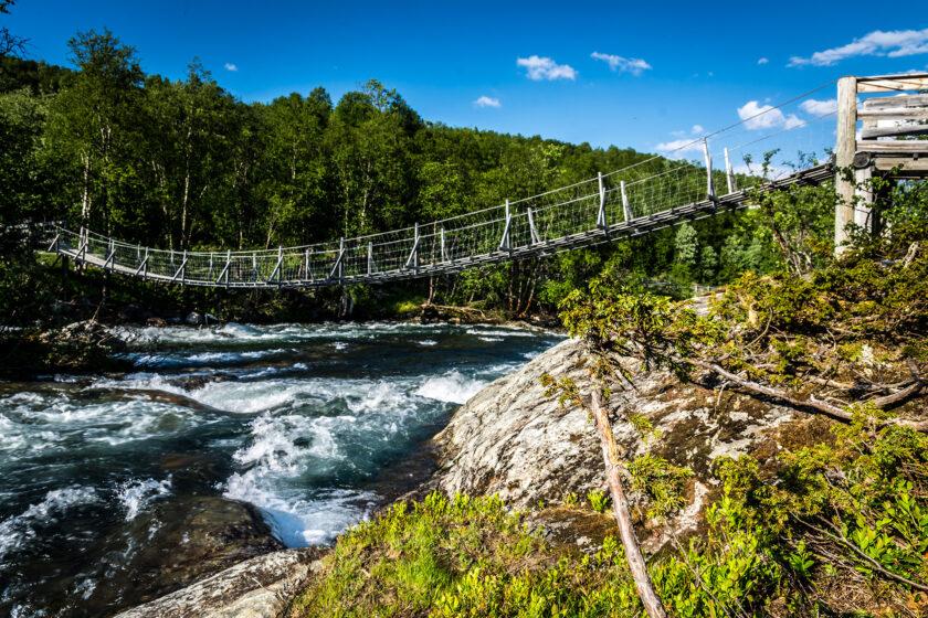 Eine Hängebrücke in Norwegen