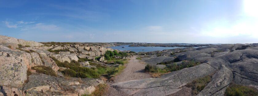 Der Weg zum Strand führte durch eine wunderschöne Schärenlandschaft
