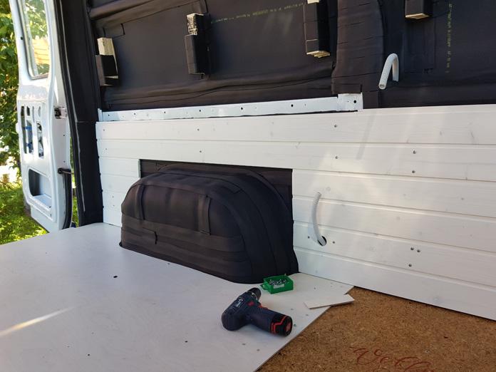 Garagenboden und Wandverkleidung einbauen