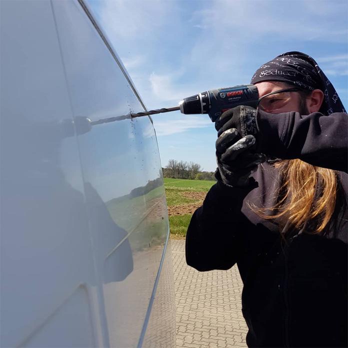Löcher für das Seitenfenster bohren