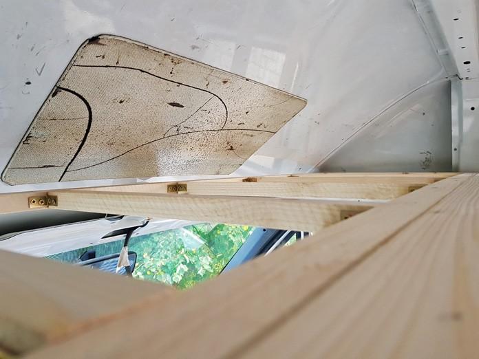 Konstruktion für den Schrankboden über dem Fahrerhaus