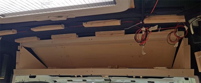 Das Gerüst für den Stauraum über der Fahrerkabine ist fertig
