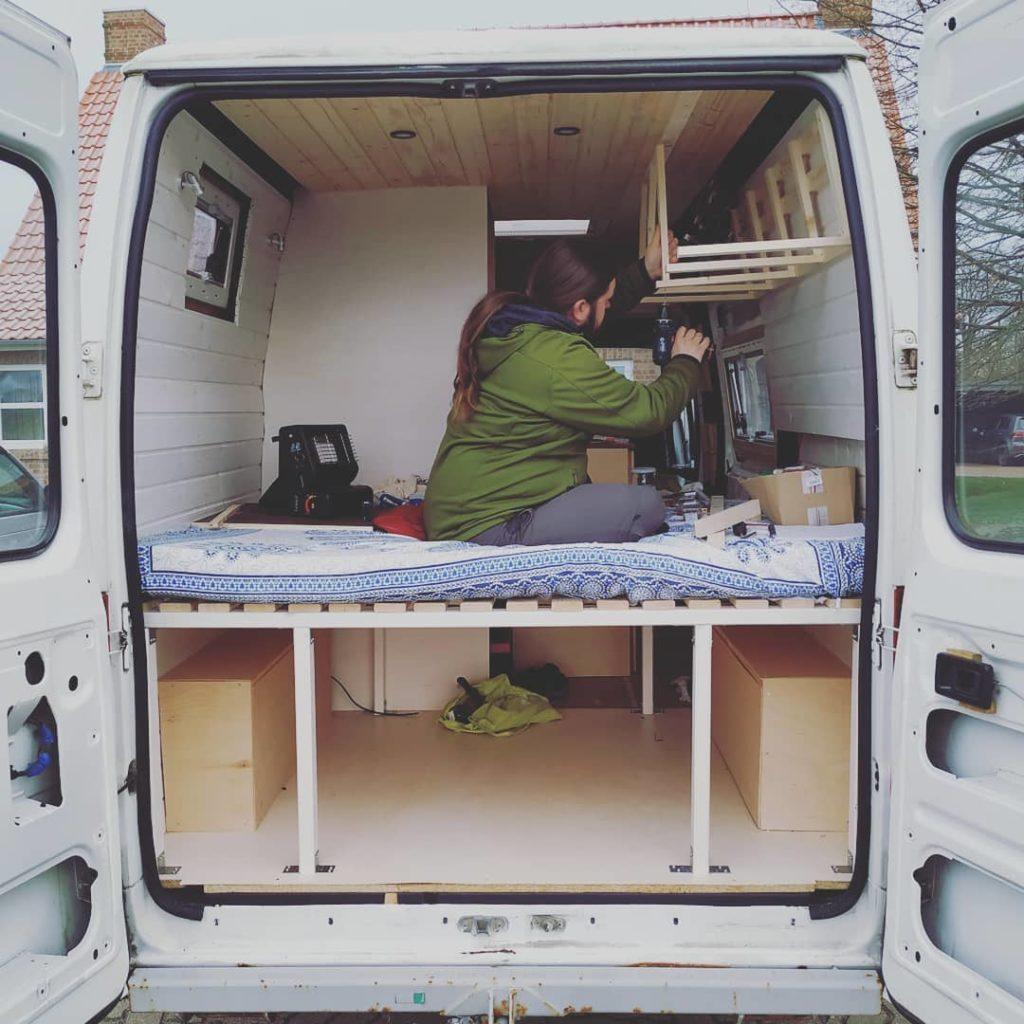 Hängeschrank im DIY Camper