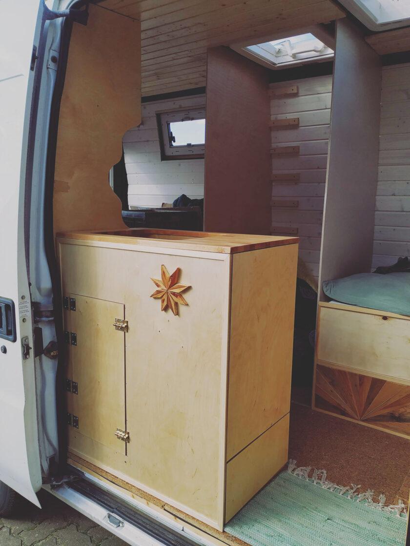 Der Gas- / Küchenschrank ist eingebaut