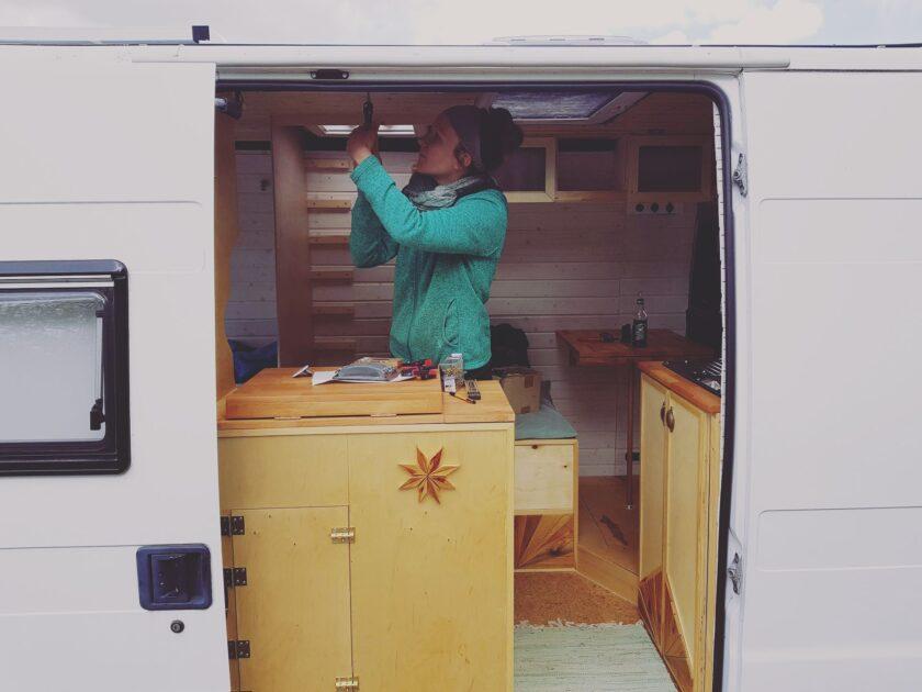 Cathi schraubt am Küchenschrank herum