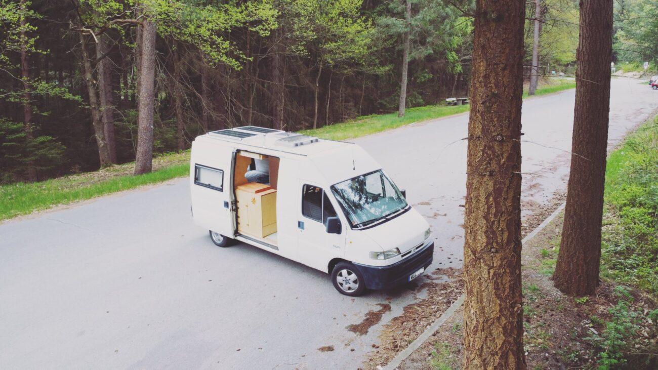 Vanlife - Jean auf dem Waldparkplatz