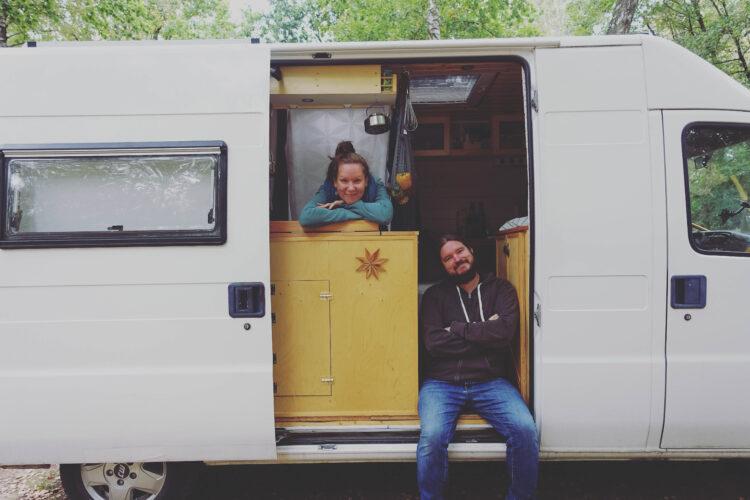 Cathi & Flo - vanlife - vanarang - diycamper
