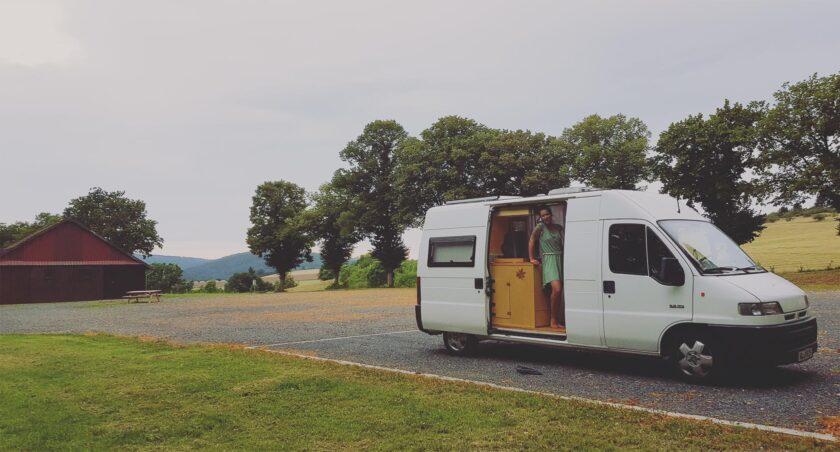Cathi im Van