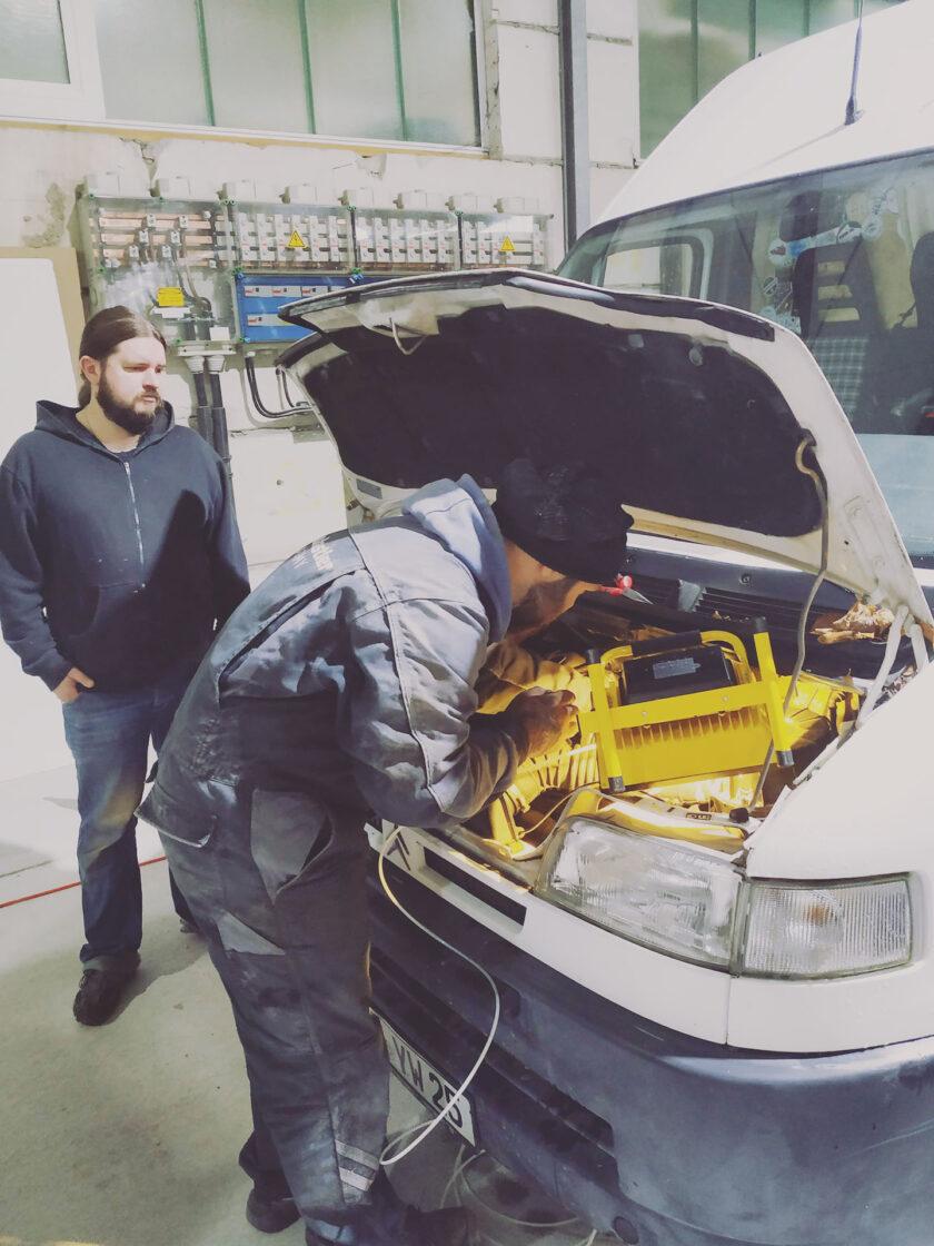Kraftstoffleitung der Standheizung anklemmen