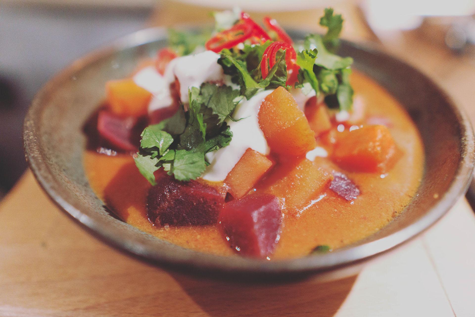 Rote Beete Curry aangerichtet