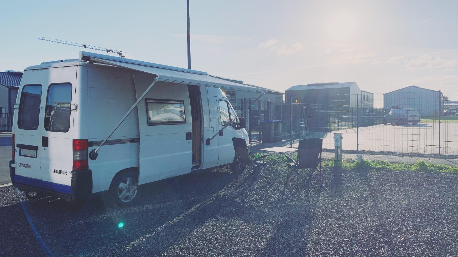 Jean - DIY Camper Roomtour mit ausgeklappter Markise