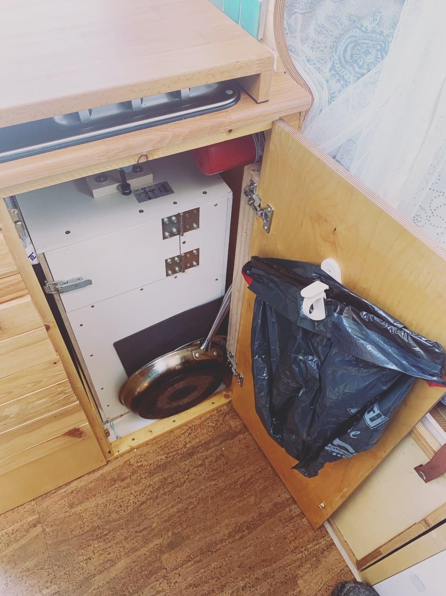 Küchenschrank mit Zugang zum Gaskasten
